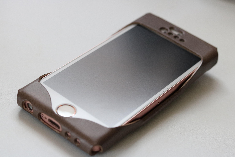 ICカードも収納できる、天然革を使ったiPhoneSEのレザーケース!Vintage Revival Productionsの「i5 wear」がジャストフィットで感動した!