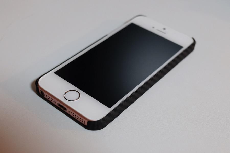 【レビュー】iPhoneSEを強固に守るアラミド繊維製ケース!クオリティを重視する人にオススメしたい逸品!!